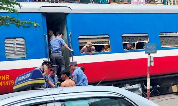 Tàu hỏa va chạm xe máy khiến nhiều phố Hà Nội tắc kéo dài - Ảnh 6.