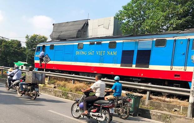 Tàu hỏa va chạm xe máy khiến nhiều phố Hà Nội tắc kéo dài - Ảnh 7.