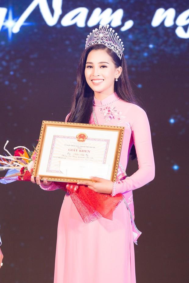 Đăng quang Hoa hậu Việt Nam 2018, Trần Tiểu Vy được UBND tỉnh Quảng Nam tặng giấy khen - Ảnh 4.