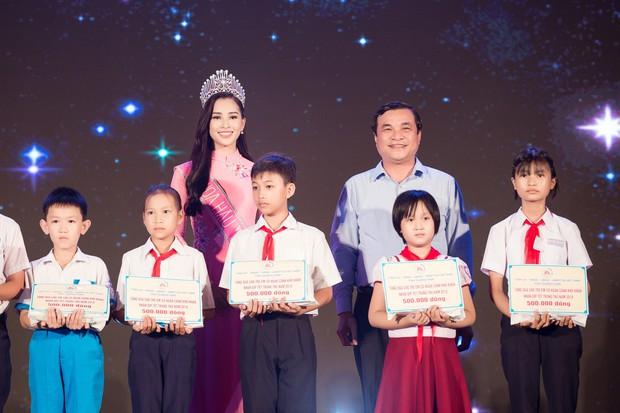 Đăng quang Hoa hậu Việt Nam 2018, Trần Tiểu Vy được UBND tỉnh Quảng Nam tặng giấy khen - Ảnh 6.