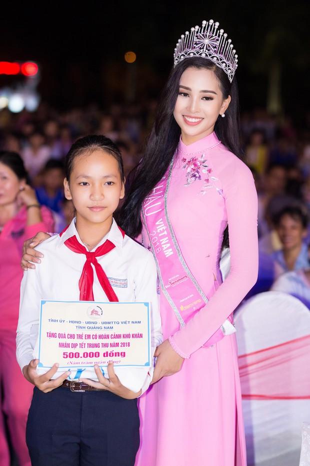 Đăng quang Hoa hậu Việt Nam 2018, Trần Tiểu Vy được UBND tỉnh Quảng Nam tặng giấy khen - Ảnh 12.
