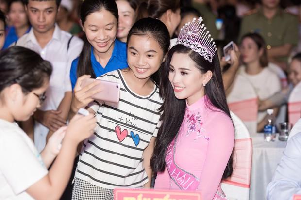 Đăng quang Hoa hậu Việt Nam 2018, Trần Tiểu Vy được UBND tỉnh Quảng Nam tặng giấy khen - Ảnh 14.