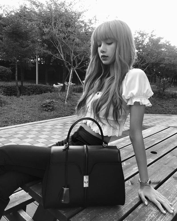 Bạn sẽ biết Lisa (Black Pink) oách cỡ nào khi biết về chiếc túi của cô và cuộc đụng độ với Lady Gaga, Angelina Jolie - Ảnh 1.