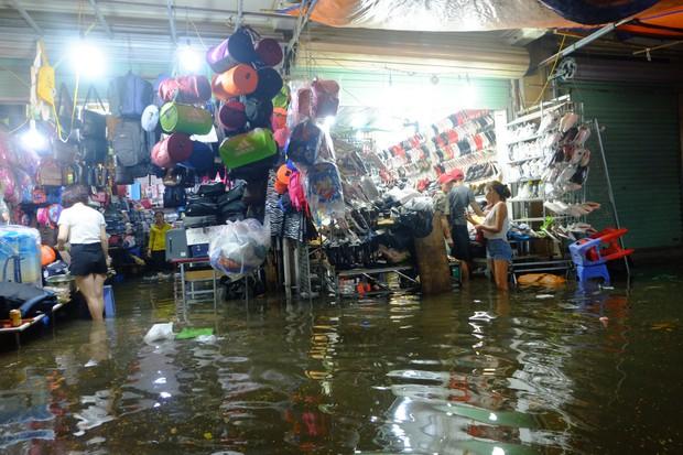 Hà Nội ngập sau cơn mưa lớn, rác trôi lềnh bềnh nhiều tuyến phố - Ảnh 3.