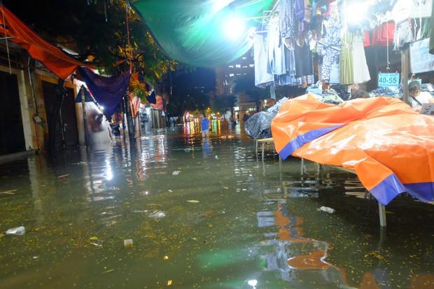 Hà Nội ngập sau cơn mưa lớn, rác trôi lềnh bềnh nhiều tuyến phố - Ảnh 5.