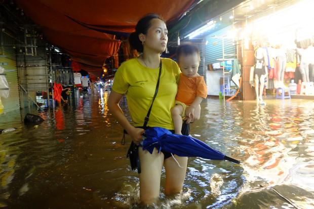 Hà Nội ngập sau cơn mưa lớn, rác trôi lềnh bềnh nhiều tuyến phố - Ảnh 6.