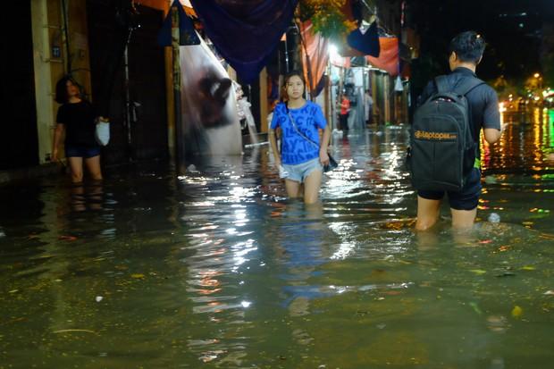 Hà Nội ngập sau cơn mưa lớn, rác trôi lềnh bềnh nhiều tuyến phố - Ảnh 7.