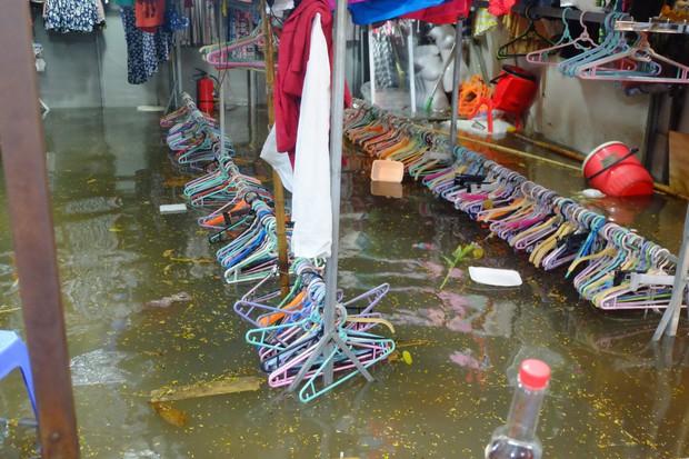Hà Nội ngập sau cơn mưa lớn, rác trôi lềnh bềnh nhiều tuyến phố - Ảnh 1.