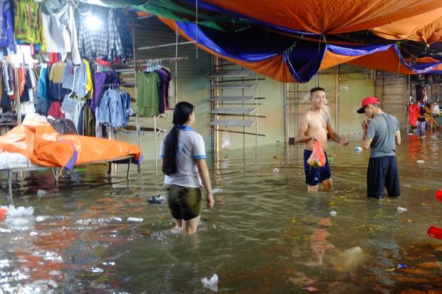 Hà Nội ngập sau cơn mưa lớn, rác trôi lềnh bềnh nhiều tuyến phố - Ảnh 9.