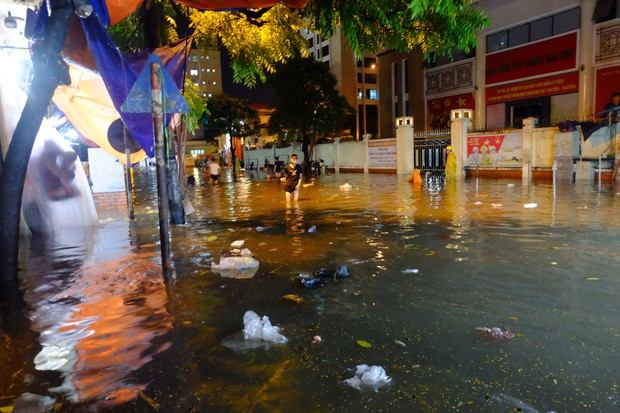 Hà Nội ngập sau cơn mưa lớn, rác trôi lềnh bềnh nhiều tuyến phố - Ảnh 10.