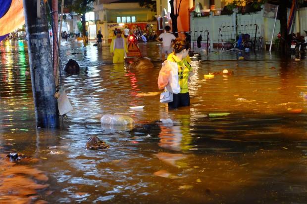 Hà Nội ngập sau cơn mưa lớn, rác trôi lềnh bềnh nhiều tuyến phố - Ảnh 11.
