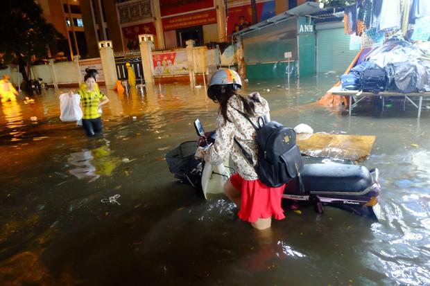 Hà Nội ngập sau cơn mưa lớn, rác trôi lềnh bềnh nhiều tuyến phố - Ảnh 12.