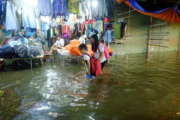Hà Nội ngập sau cơn mưa lớn, rác trôi lềnh bềnh nhiều tuyến phố - Ảnh 13.