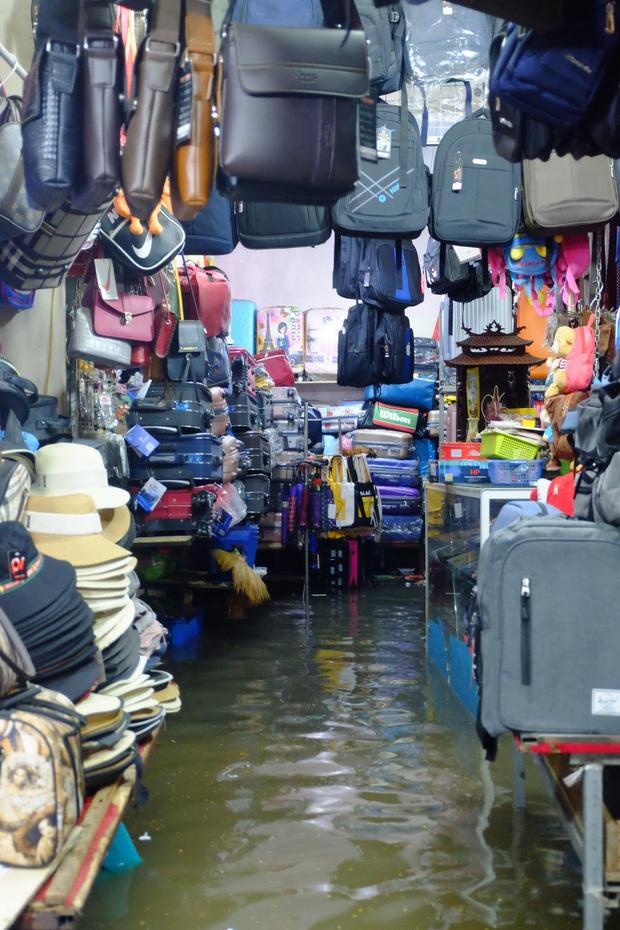 Hà Nội ngập sau cơn mưa lớn, rác trôi lềnh bềnh nhiều tuyến phố - Ảnh 14.