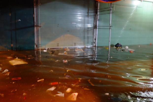 Hà Nội ngập sau cơn mưa lớn, rác trôi lềnh bềnh nhiều tuyến phố - Ảnh 15.