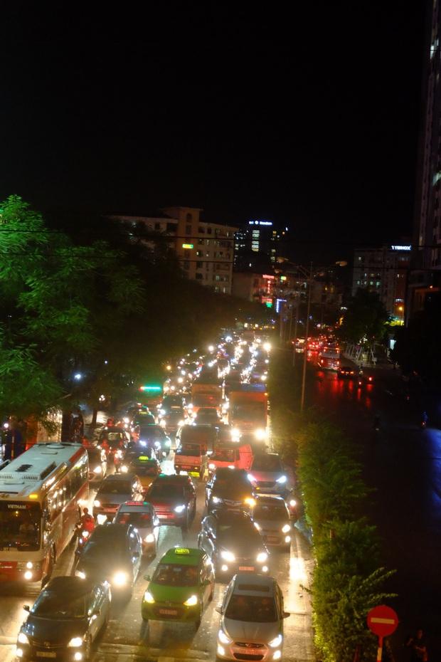 Hà Nội ngập sau cơn mưa lớn, rác trôi lềnh bềnh nhiều tuyến phố - Ảnh 16.