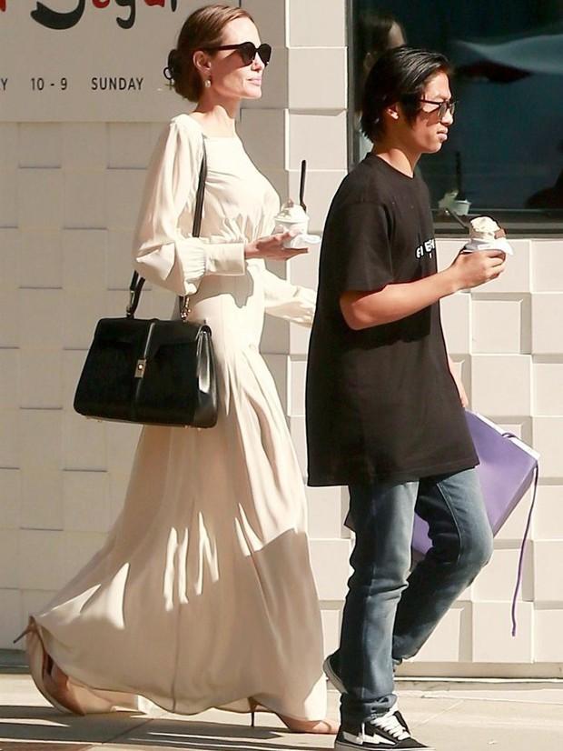 Bạn sẽ biết Lisa (Black Pink) oách cỡ nào khi biết về chiếc túi của cô và cuộc đụng độ với Lady Gaga, Angelina Jolie - Ảnh 7.