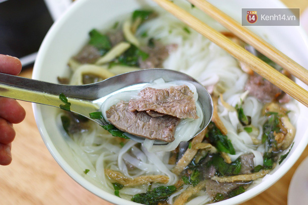 Ở Hà Nội có một hàng phở chỉ 15k/bát mà đầy đủ thịt bò, gà, giò và đến khi ăn mới thấy thú vị - Ảnh 5.