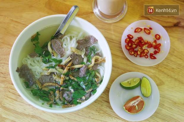 Ở Hà Nội có một hàng phở chỉ 15k/bát mà đầy đủ thịt bò, gà, giò và đến khi ăn mới thấy thú vị - Ảnh 1.