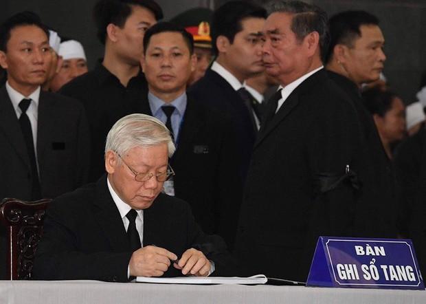 Xúc động dòng sổ tang viếng Chủ tịch nước Trần Đại Quang - Ảnh 1.