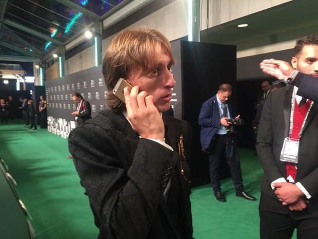 Dù kiếm hơn 27 tỷ/năm nhưng Luka Modric lại khiến fan sốc khi vẫn dùng iPhone 5S cũ trong lễ trao giải FIFA - Ảnh 1.