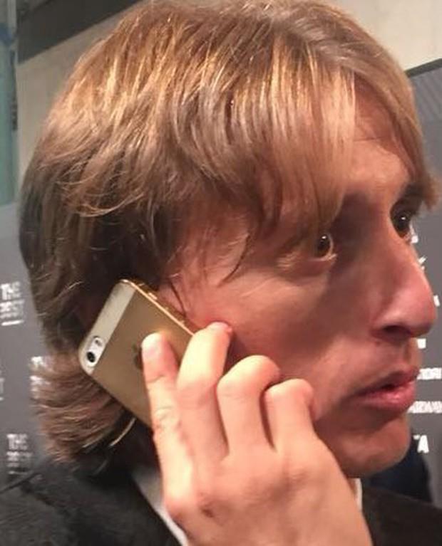Dù kiếm hơn 27 tỷ/năm nhưng Luka Modric lại khiến fan sốc khi vẫn dùng iPhone 5S cũ trong lễ trao giải FIFA - Ảnh 2.