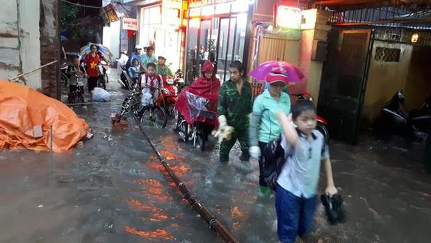 Mưa lớn cuối giờ chiều, nhiều tuyến phố Hà Nội ngập sâu trong nước - Ảnh 6.