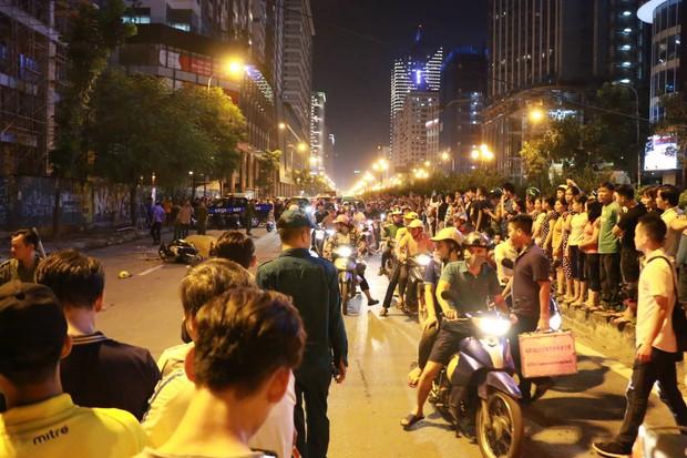 Đường Lê Văn Lương: Thanh sắt giàn giáo rơi khiến 1 phụ nữ thiệt mạng - Ảnh 5.