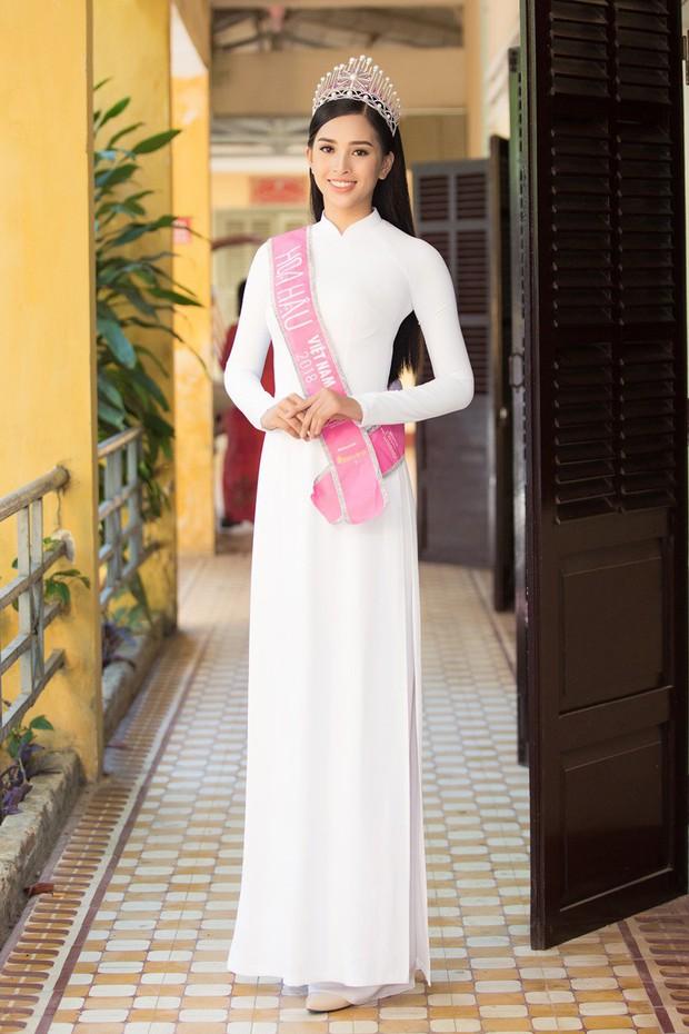 Xuất hiện với diện mạo xinh đẹp, Tân Hoa hậu Tiểu Vy vẫn bị soi đội vương miện cong vênh - Ảnh 4.