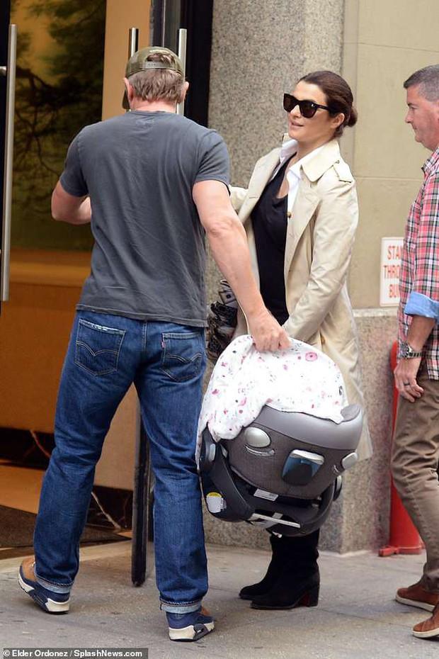 Mỹ nhân phim Xác ướp Ai Cập và chồng Điệp viên 007 xuất hiện cùng em bé sau khi lên chức bố mẹ ở tuổi U50 - Ảnh 1.