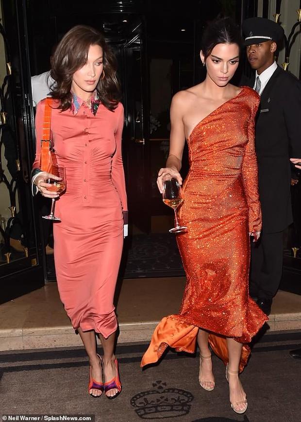 Dáng chuẩn mặt xinh, Kendall Jenner và Bella Hadid đẹp lộng lẫy chẳng khác gì búp bê tại sự kiện - Ảnh 2.