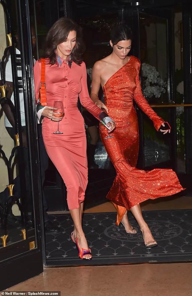 Dáng chuẩn mặt xinh, Kendall Jenner và Bella Hadid đẹp lộng lẫy chẳng khác gì búp bê tại sự kiện - Ảnh 1.