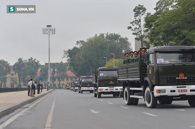 Hành trình linh xa đưa Chủ tịch nước Trần Đại Quang qua các ngõ phố Hà Nội để về quê nhà - Ảnh 12.