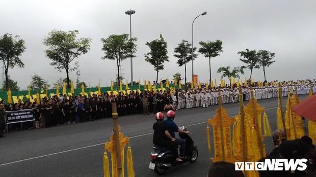 Ninh Bình: Hàng ngàn người dân chờ đợi Chủ tịch nước Trần Đại Quang - Ảnh 11.