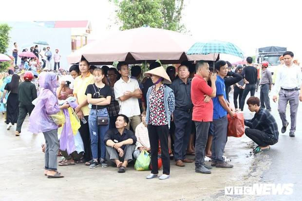 Ninh Bình: Hàng ngàn người dân chờ đợi Chủ tịch nước Trần Đại Quang - Ảnh 12.