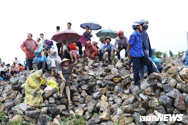 Ninh Bình: Hàng ngàn người dân chờ đợi Chủ tịch nước Trần Đại Quang - Ảnh 13.