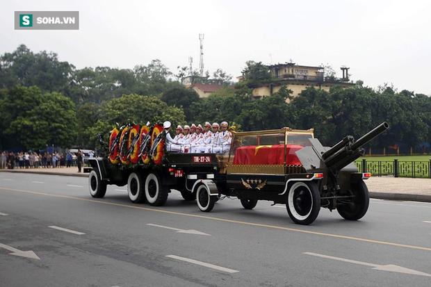 Hành trình linh xa đưa Chủ tịch nước Trần Đại Quang qua các ngõ phố Hà Nội để về quê nhà - Ảnh 15.