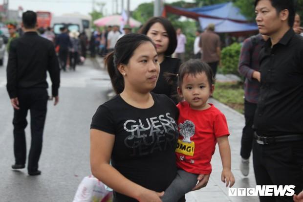 Ninh Bình: Hàng ngàn người dân chờ đợi Chủ tịch nước Trần Đại Quang  - Ảnh 4.
