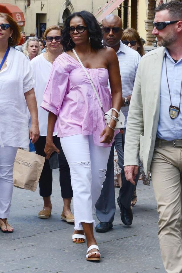 Phải đến khi bà Michelle Obama rời Nhà Trắng, chúng ta mới được ngắm nhiều khoảnh khắc bà diện đồ trẻ trung và phóng khoáng đến vậy - Ảnh 3.