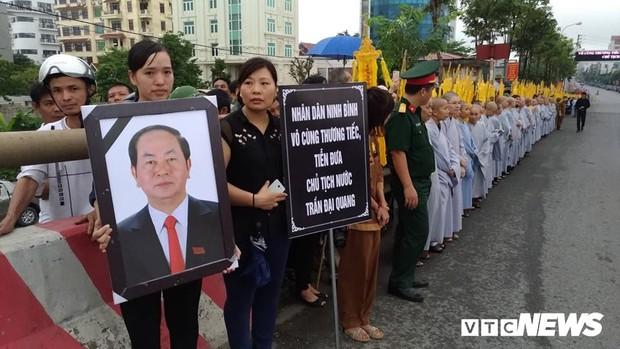 Ninh Bình: Hàng ngàn người dân chờ đợi Chủ tịch nước Trần Đại Quang - Ảnh 9.
