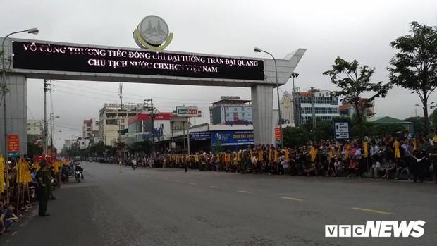 Ninh Bình: Hàng ngàn người dân chờ đợi Chủ tịch nước Trần Đại Quang - Ảnh 10.