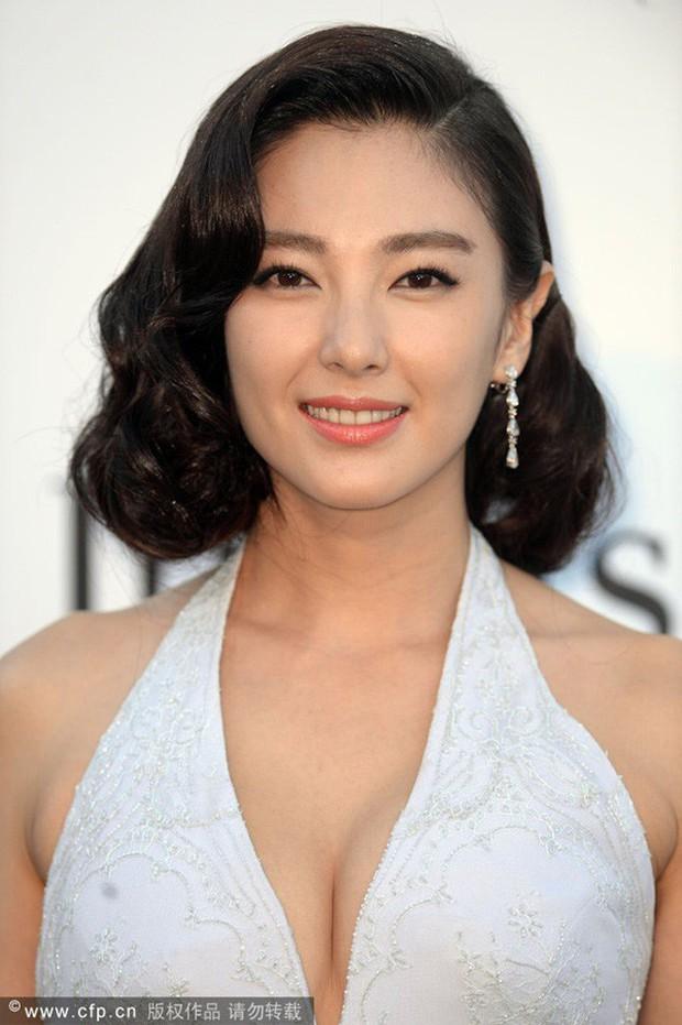 Song Hye Kyo Trung Quốc: Nhan sắc trời ban cùng body nóng bỏng không cứu được 2 cuộc hôn nhân ê chề - Ảnh 3.