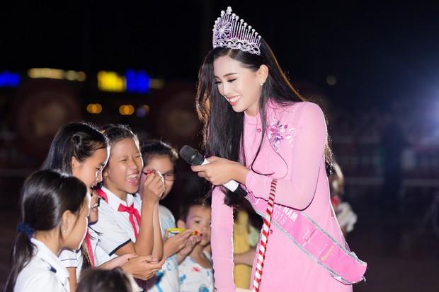Xuất hiện với diện mạo xinh đẹp, Tân Hoa hậu Tiểu Vy vẫn bị soi đội vương miện cong vênh - Ảnh 2.