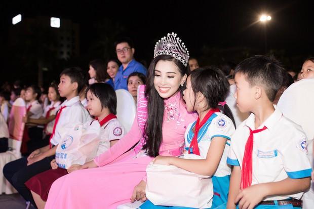 Xuất hiện với diện mạo xinh đẹp, Tân Hoa hậu Tiểu Vy vẫn bị soi đội vương miện cong vênh - Ảnh 3.