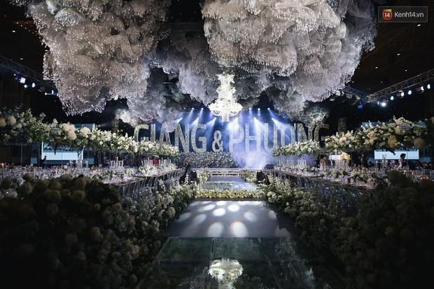 Chiêm ngưỡng lại không gian lễ cưới ngập hoa tươi, đẹp lung linh như cổ tích trong đám cưới của Trường Giang - Nhã Phương - Ảnh 1.