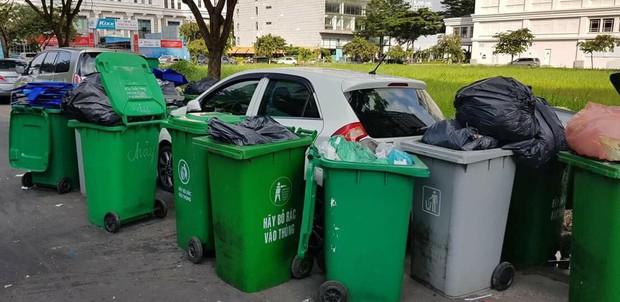 Chiếc xe ô tô bị hàng chục thùng rác bao vây cảnh cáo vì đỗ không đúng nơi quy định - Ảnh 1.