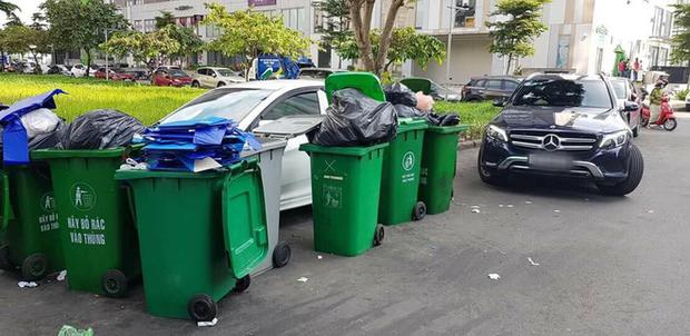 Chiếc xe ô tô bị hàng chục thùng rác bao vây cảnh cáo vì đỗ không đúng nơi quy định - Ảnh 2.
