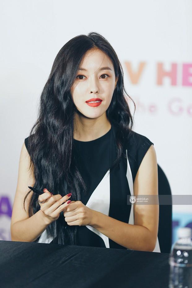 Báu vật quốc dân Seolhyun quyến rũ khó cưỡng, Hyomin rạng rỡ bên dàn chân dài AOA tại fansign ở Việt Nam - Ảnh 14.