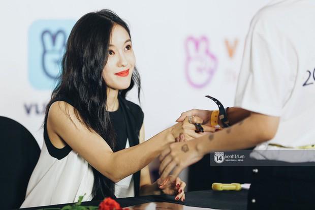 Báu vật quốc dân Seolhyun quyến rũ khó cưỡng, Hyomin rạng rỡ bên dàn chân dài AOA tại fansign ở Việt Nam - Ảnh 17.
