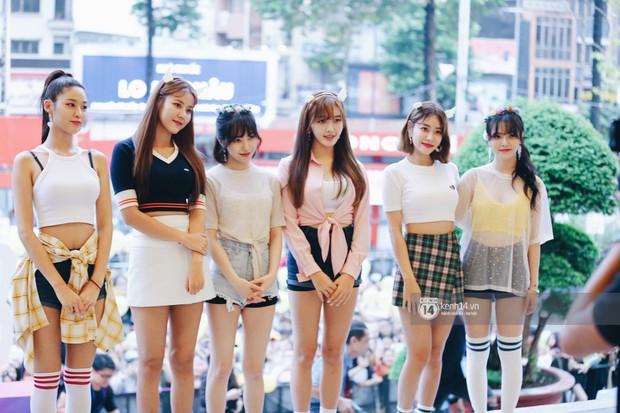 Báu vật quốc dân Seolhyun quyến rũ khó cưỡng, Hyomin rạng rỡ bên dàn chân dài AOA tại fansign ở Việt Nam - Ảnh 1.